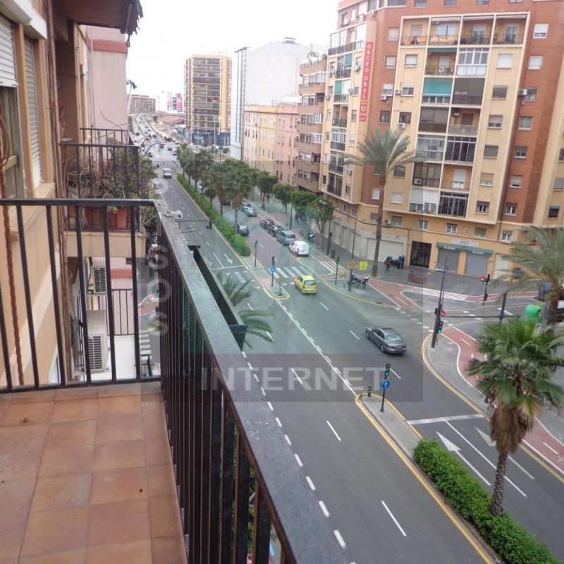 Amplia vivienda con balcón en Ruzafa